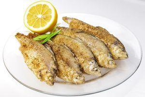 Рыбу разморозьте естественным способом на нижней полке холодильника. Очистите от чешуи, выпотрошите внутренности. Промойте под холодной водой, обсушите бумажным полотенцем.