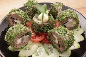 Выложите на украшенную свежими овощами тарелку.