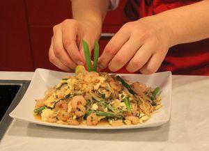 Выложите на тарелку, украсьте зеленым луком и долькой лайма.