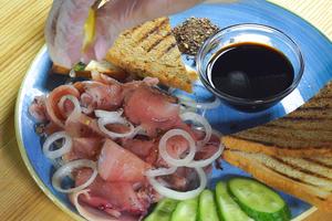 Выложите слоями лук и филе рыбы. Соль и перец можно подать отдельно или присыпав кусочки рыбы по вкусу. Сбрызните рыбу соком лимона, посолите, поперчите, перемешайте.