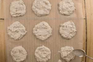 На противень, застеленный пергаментом, выложить ложкой тесто в виде пряников. Поставить в разогретую до 180С духовку на 15-20 минут. (в зависимости от мощности вашей духовки).