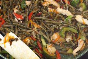 Готовое блюдо посыпать семенами кунжута.