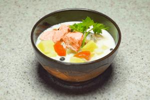 Готовый суп украсить зеленью.
