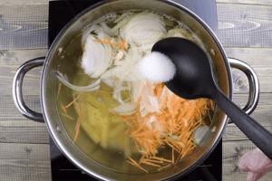Варить до полу готовности, затем добавить лук и морковь, фрикадельки. Посолить, поперчить по вкусу.
