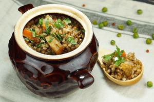 Готовую гречку с овощами украсить мелко нарезанной зеленью.