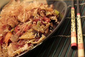 """Угорь нарезанный размораживаем. Самое время сделать омлетный блинчик """"Япончик"""", который добавит блюду дополнительный нежный вкус и питательность."""