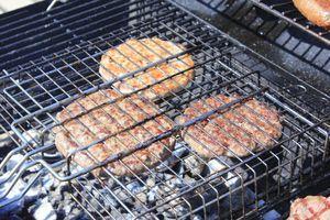 На раскаленном гриле обжарить котлету с двух сторон, рядом подогреть булочку.