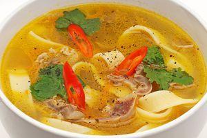 Варите до готовности картофеля и лапши. Готовый суп украсьте зеленью.