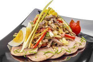 Выложите готовый салат горкой на тарелку или в порционную вазочку. Украсьте зеленью.