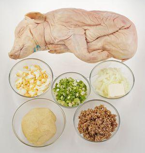 Поросенка разморозьте естественным способом на нижней полке холодильника, промойте под проточной водой, обсушите бумажными полотенцами. Натрите внутри и снаружи смесью соли и перца. Дайте полежать 15-20 минут.