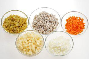 Очищенные овощи нарежьте небольшим кубиком. Перловку замочите на ночь в холодной воде. Затем поменяйте воду и проварите крупу до мягкости.