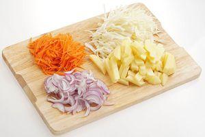 Картофель нарежьте небольшими брусочками, капусту, лук и морковь - соломкой.
