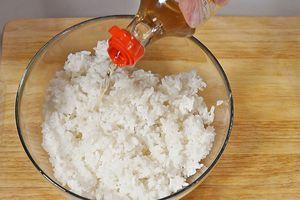 Приготовьте рис по нашему рецепту. Заправьте готовым рисовым уксусом.
