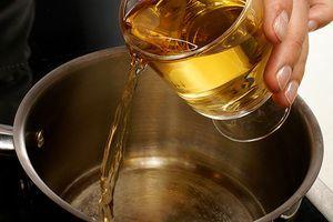 В сотейнике разогреть белое вино