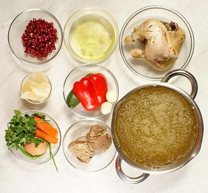 Приготовьте мясной бульон: в кастрюлю с холодной водой положите курицу, свинину, нарезанные и подпеченные лук и морковь, хвостики от петрушки и укропа, перец горошком. Варите до готовности мяса. В конце добавьте порубленный мелко чеснок. Снимите с огня.  Желатин замочите в небольшом количестве остывшего бульона. Приготовьте овощи для оформления