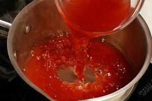 Приготовьте желе для украшения: желатин замочите в кипяченой холодной воде на 10-15 минут. В кастрюльку налейте ягодный сок, доведите до кипения