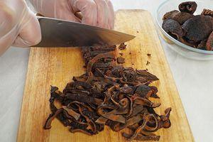 Тушки кукумарии нарезать соломкой.