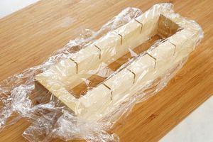Формовку для суши (оси-бако) оберните пищевой пленкой.
