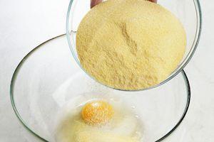 В глубокой миске смешайте яйцо, соль, муку пшеничную для пасты.