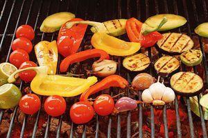 Обжарьте на гриле овощи до румяной корочки.