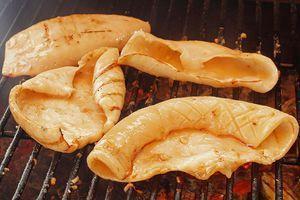 Затем обжарьте кальмаров по 2-3 минуты с каждой стороны до готовности.