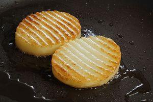 Обжарить ломтики картофеля на разогретой сковороде с растительным маслом.