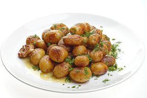 Готовый картофель посолить, поперчить, посыпать мелко нарезанным укропом.