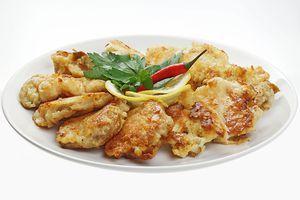 Разогреть сковороду с растительным маслом. Мясо рапаны обмакнуть  в кляр и обжарить с двух сторон до золотистой корочки. Украсить лимоном и свежей зеленью.
