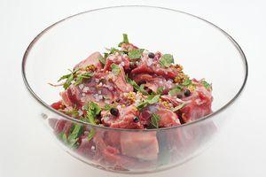 Замариновать мясо в смеси растительного масла, специй, горчицы и свежей мяты. Посолить, поперчить по вкусу. Оставить на 30-40 минут.