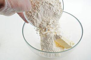 Приготовить тесто: в размягченное сливочное масло всыпать муку.