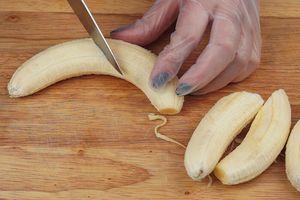 Бананы разрежьте вдоль или поперек на две части.