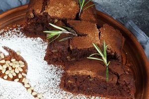 Поскольку кекс почти не сладкий, то при подаче можно украсить сахарной пудрой или растопленным шоколадом.