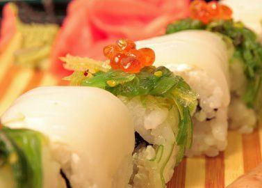 Ролл Урамаки с кальмаром и салатом Чука