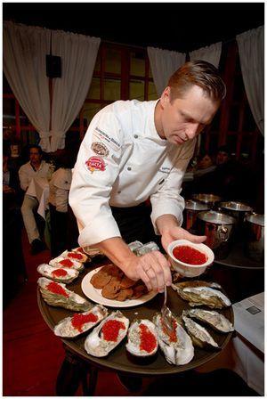 Раскладываем по раковинам и добавляем красную икру. Блюдо готово. Приятного аппетита