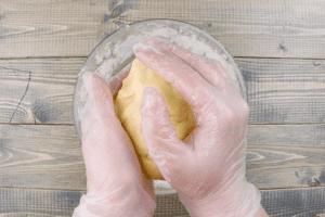 Затем всыпать муку и быстро замесить пластичное тесто. Убрать тесто на 30 минут в холодильник.
