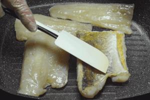 Обжарить на хорошо разогретой сковороде до золотистой корочки с 2 сторон (5-7 минут) до готовности.