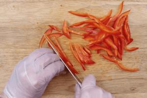 Красный перец нарезать тонкой соломкой