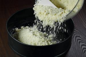 В форму для выпечки выложить 2/3 части теста-крошки в один слой