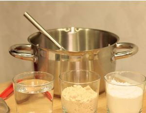 Смешать  пшеничную муку, соль, разрыхлитель.