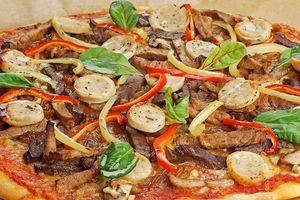 Выпекайте в разогретой духовке, пока не подрумянится тесто. Украсьте зеленью и сбрызните оливковым маслом.