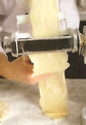 Для теста в просеянной горкой муке сделайте углубление, добавьте яйцо желтки, соль и ледяную воду. Вымесите тесто, 10 мин. Накройте тесто и дайте ему постоять 1 ч.