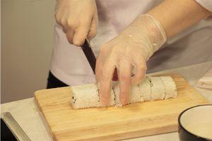 Теперь размороженное мясо краба разделить на мелкие полоски. Огурец нарезать тонкой соломкой по длине ролла. Лук нарезать тонким длинным пером.
