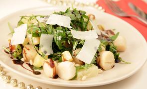 Салат с рукколой и гребешками