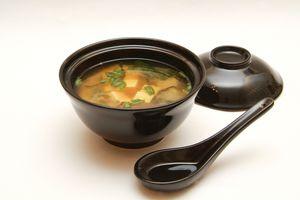 Подают мисо-сиру обычно в специальных супницах с крышками, чтобы сохранить аппетитный аромат только что приготовленного супа. По желанию вы можете сделать суп более солёным, добавив в него соевый соус  или острым – при помощи овощной пасты кимчи.