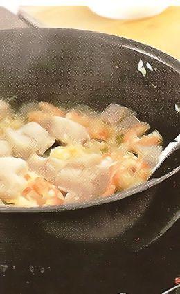 Если рыба или креветки замороженные, разморозьте их заранее на верхней полке холодильника в дуршлаге, установленном в миске. Креветки очистите от панциря, удалите темную кишечную вену. Рыбу нарежьте средними кусками. Лук измельчите.