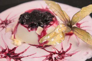 На десертную тарелку налить соус, сверху выложить  застывший десерт, украсить по своему вкусу.