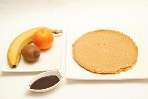Нарезать киви и банан тонкими ломтиками, мякоть апельсина очистить от плёнок.