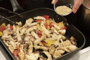 Затем добавить в получившуюся смесь кунжут и томатный соус, обжарить еще 2-3 минуты.