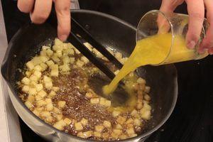 Обжарить на разогретой сковороде на сливочном масле грушу, добавить сахар, корицу, соль, сок апельсина. Выпарить в 2 раза.