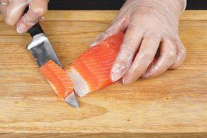 Пока батат готовится, подготовить начинку: слабосоленую рыбу нарезать небольшими брусочками или кубиками.